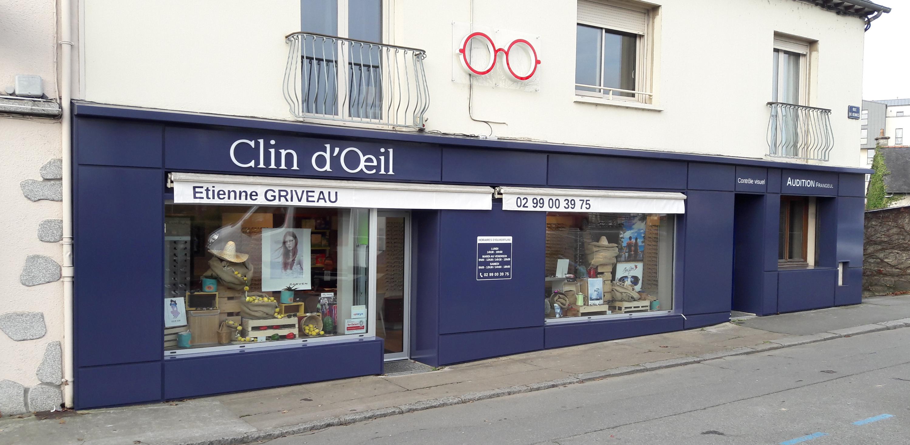 Stores et façade du magasin Agnès B